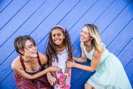 Lesbiennes moeders met geadopteerd kind - gelukkige homoseksuele familie spelen met haar dochter