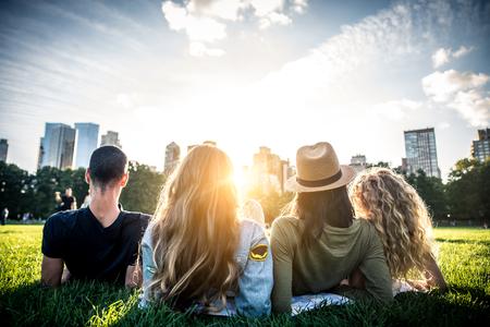 セントラルパーク、マンハッタン - 屋外の接着の陽気な若者の友人の多民族のグループ
