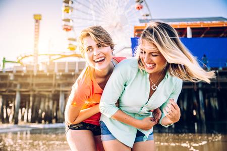 Lesbisch koppel spelen en dating op het strand