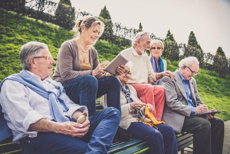 야외 산책 일부 질병 수석 사람들의 그룹 - 함께 시간을 보내는 친구의 성숙한 그룹