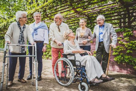 Grupo de gente mayor con algunas enfermedades caminar al aire libre - grupo maduro de amigos que pasan el tiempo juntos
