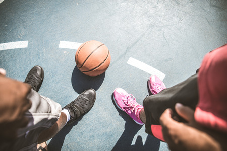 tiro al blanco: Friends playing basketball - Afro-american players having a friendly match outdoors