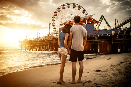 Tiempo feliz pareja pasar en Santa Mónica