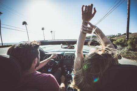 Paar rijden op een cabriolet