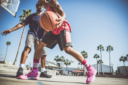 Два баскетболисты играют на открытом воздухе в Лос-Анджелесе