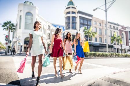 비벌리 힐즈에서 쇼핑하는 여성들 스톡 콘텐츠
