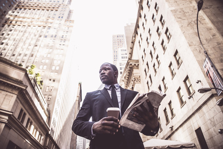 ウォール街、ニューヨークを歩いて完全なスーツのビジネスマン