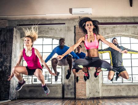 Gruppo di formazione persone sportiva in una palestra - Gruppo Multi-ethnic di atleti facendo fitness Archivio Fotografico