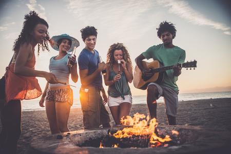 gruppo multiculturale di amici in festa sulla spiaggia - I giovani che celebrano durante le vacanze estive, estate e festivi concetti Archivio Fotografico - 71078306