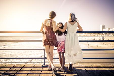 養子の娘と遊んで幸せな同性愛者の家族を持つレズビアン母親