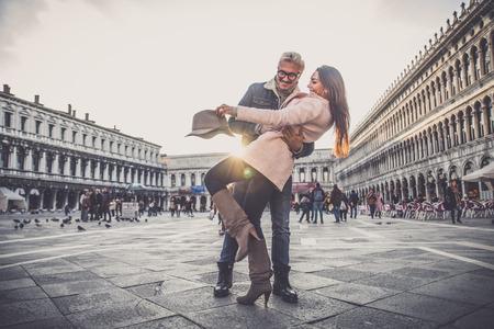 Mooi paar in Venetië, Italië - Liefhebbers op een romantische date en kussen in het San Marco plein, Venetië