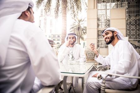 amistad: Hombres de negocios árabes pasar tiempo en Dubai