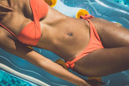 공기 침대에 아름 다운 여자 몸
