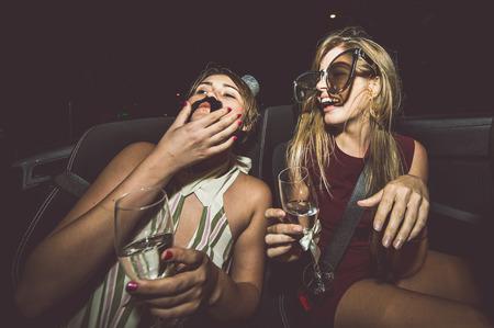 パーティー ガールが祝う: ハリウッド転換車でシャンパンを飲む
