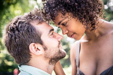 Feliz pareja sonriente en el parque central. Disfrutando de un tiempo en el puente de proa Foto de archivo - 73416817