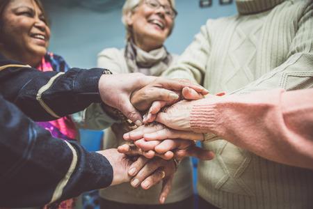 Grupo de personas mayores que hacen actividades dentro del hospicio Foto de archivo - 73375520