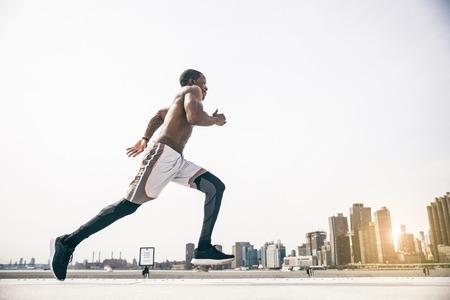 escuchar: entrenamiento deportivo hombre al aire libre - trotar Runner, vida sana y el deporte concepto