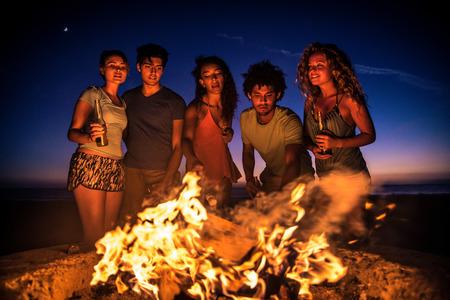해변에서 파티 친구의 다문화 그룹 - 여름 방학, 여름 및 휴일 개념 동안 축하 젊은 사람들