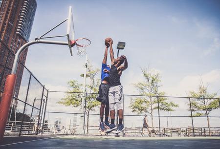Due athlethes afroamericane che giocano all'aperto di basket - Pallacanestro atleta che si allena sul campo a New York photo