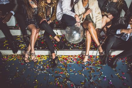 Party people célébrant dans le club Banque d'images - 74482471