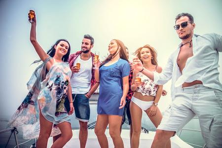 두바이 요트에서 파티를하고 친구의 그룹 - 호화 보트에서 멋진 파티를 행복한 사람