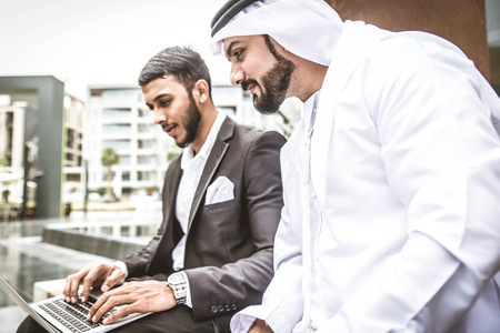 Arabische Geschäftsleute in Dubai Standard-Bild - 75259188