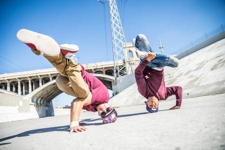 Twee bbys ding wat stunts - kunstenaar van de straat breakdancing outdrs Stockfoto