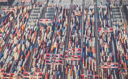 貨物輸送コンテナーのビューは、ドック上に積層。 報道画像