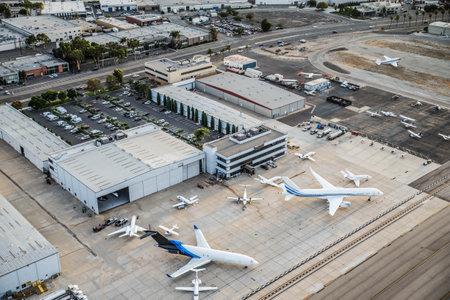 Aeropuerto con el avión, vista desde arriba Editorial