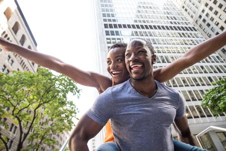 Glimlachend paar minnaars die pret in de straten van New York hebben