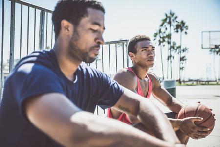 Due giocatori di basket che giocano all'aperto a Los Angeles photo