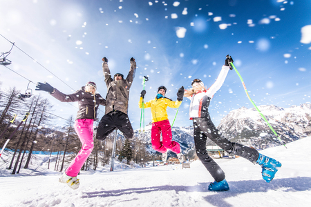 met: Group of friends with ski on winter holidays - Skiers having fun on the snow Stock Photo