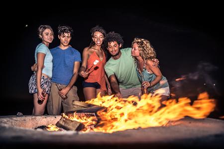 personas festejando: grupo multicultural de amigos de fiesta en la playa - Los jóvenes que celebran durante las vacaciones de verano, conceptos y vacaciones de verano Foto de archivo