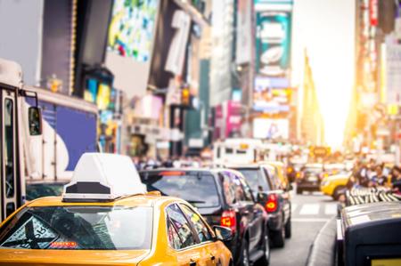 イエローキャブとニューヨークのトラフィック マンハッタン - タイムズ スクエア
