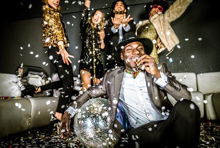 Multi-etnische groep van vrienden vieren in een nachtclub - Clubbers die partij Stockfoto