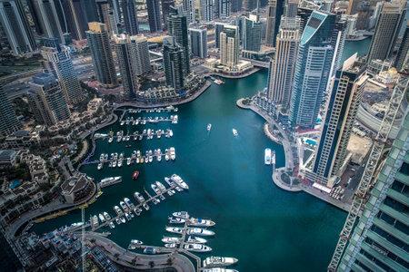 아랍 에미리트 연방의 매력적인 건축물을 보여주는 두바이 마리나 워크의 공중 샷