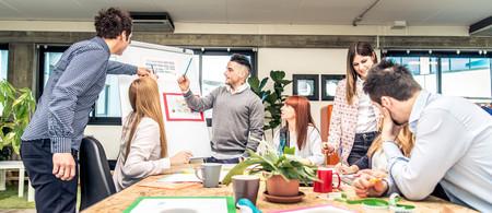 Diverse groep jonge mensen die een vergadering bij het kantoor hebben - Start-up kantoor