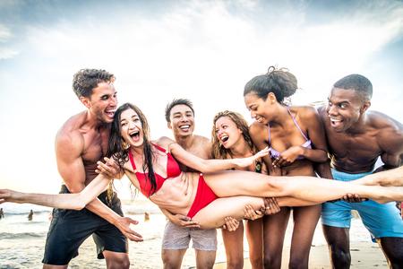 Multi-Ethik Gruppe von Menschen, die Spaß am Strand Standard-Bild - 77297681