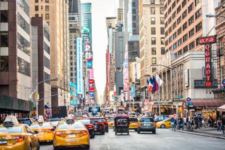 New York City - 17 september 2016: Times Square, gekenmerkt door Broadway Theaters en LED-borden, is een symbool van New York City en de Verenigde Staten
