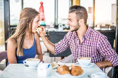 Koppel ontbijt in een bar koffiehuis - Liefhebbers op een romantische datum Stockfoto