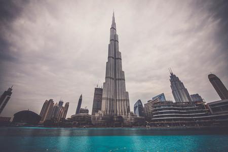 두바이, 아랍 에미레이트 - 2017년 2월 16일 : 버즈 칼리파 타워. 이 초고층 빌딩은 828m를 측정, 세계에서 가장 높은 인공 구조입니다. 2009 년에 완성.