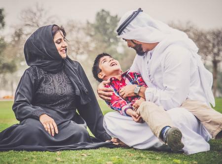Arabische familie speelt met kind Stockfoto