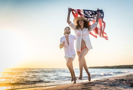 ビーチで散歩と笑顔 - 熱帯の島の夏の休日を楽しんでいる若い大人のカップル