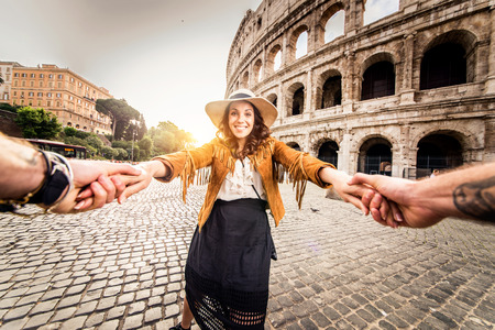 Young couple at the Colosseum, Rome - Happy tourists visiting italian famous landmarks Imagens - 79808320