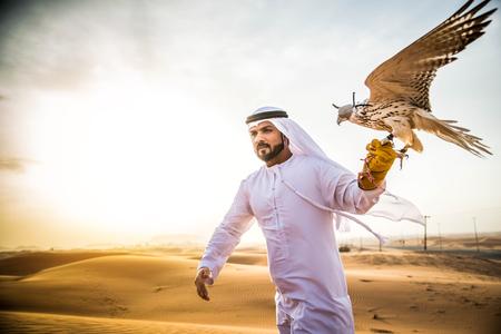 일출 사막에서 걷고 아라비 안 남자
