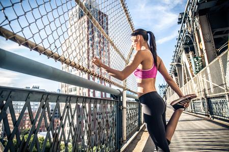 브루클린에서 실행하는 여자. 뉴욕에서 움직이는 도시 주자 스톡 콘텐츠
