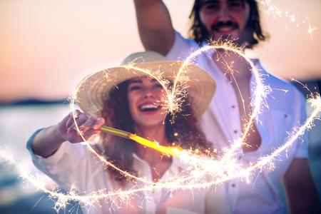若いカップルの幸せの共有とビーチで愛の気分 写真素材