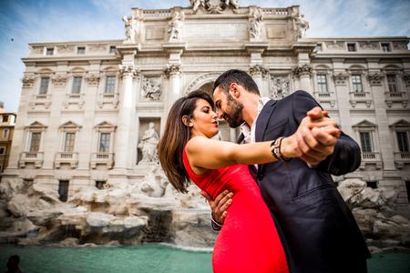 Paar die romantische tijd doorbrengen bij de Trevi-fontein