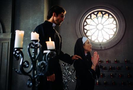 수녀와 신부는 수도원에서기도하고 시간을 보낸다.