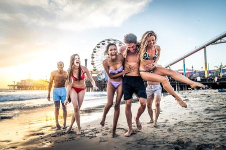 Multi-ethiek groep van mensen met plezier op het strand Stockfoto
